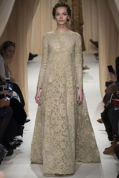 Stately Evening Gown by Valentino Spring 2015 Couture Runway - Vogue Haute Couture Paris, Valentino Couture, Couture Fashion, Fashion Show, Couture 2015, Paris Fashion, Style Fashion, Valentino Paris, Spring Couture