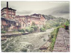 Un tratto del torrente, che taglia in due la città di Biella. A stretch of the river, which bisects the city of Biella.
