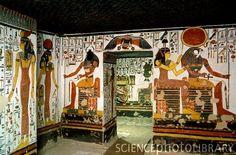 Egipto, la tumba de la reina Nefertari. Es una de las tumbas mejor conservadas y más adornados de todos conocidos. Las paredes están pintadas con las deidades (de izquierda a derecha) Serket, Isis, Khepri, Osiris (por encima de la entrada), Hathor y Horus. La tumba fue descubierta en 1904 por el arqueólogo italiano Ernesto Schiaparelli. En 2003 la tumba fue cerrada al público en general.