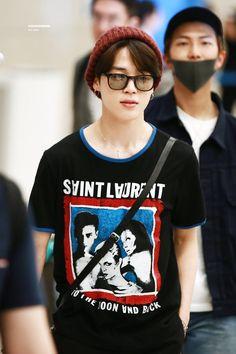 Airport look 💓 Park Ji Min, Jimin Jungkook, Bts Bangtan Boy, Yoongi Bts, Bts Taehyung, Jung Hoseok, Jimin Airport Fashion, Bts Airport, Camisa Bts