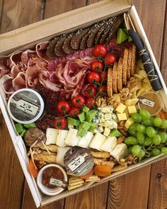 Charcuterie Picnic, Plateau Charcuterie, Charcuterie Platter, Charcuterie And Cheese Board, Party Food Platters, Food Trays, Cheese Platters, Picnic Date Food, Food Bouquet