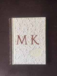Caderno de 10 matérias com a capa personalizada com pérolas.  O desenho você escolhe e eu faço ele em pérolas.  Tenha um caderno único e lindo!