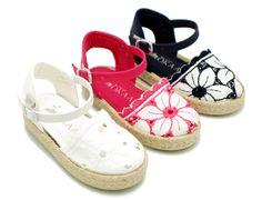 Tienda online de calzado infantil Okaaspain. Alpargata de lona con con flores en algodón para niñas . Diseño y Calidad al mejor precio hecho en España. Envíos gratis en 24,48 horas laborables.