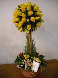 arbol de rosas amarillas en base de creda se encuentra en floreria doña flor en Santiago-Chile