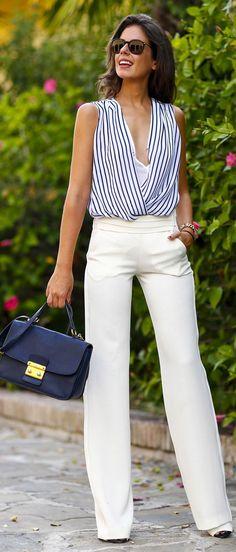 Amei. Pantalona chic branca com camisa de listras.
