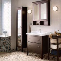 Ein Badezimmer mit HEMNES Waschbeckenschrank mit 2 Schubladen schwarzbraun gebeizt, RÄTTVIKEN Waschbecken und verchromter GRANSKÄR Mischbatterie mit Abflussventil, HEMNES Hochschrank mit Spiegeltür, HEMNES Spiegelschrank mit 2 Türen und HEMNES Regal schwarzbraun gebeizt