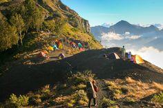 Merupakan gunung favorit bagi para pendaki karena keindahan pemandangannya. Gunung Rinjani adalah gunung berapi tertinggi kedua di Indonesia dengan ketinggian 3.726 m di atas permukaan laut. Gunung ini terletak di pulau Lombok, Nusa Tenggara Barat, Indonesia.
