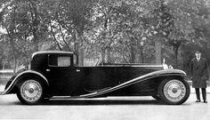 Bugatti Type 41 (1928) Baptisée Royale, il s'agit ici du Coupé Napoléon, voiture personnelle d'Ettore Bugatti. La ligne exceptionnelle de celle-ci est due au coup de crayon du fils d'Ettore, Jean Bugatti.