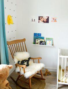 Chambre bébé blanche avec des  stickers pois noirs