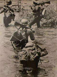These 40 Rarely Seen photos sum up the devastating 20 years of the Vietnam War. US Soldiers carrying packs, Saigon, 1969