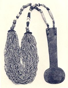 Foto. 2.  Menat. Dinatía XVIII. Metropolitan Museum of Art, Nueva York. C. AL-DRED, Jewels of the Pha-raohs. Egyptian Jewelry of the Dynastic Period, Lon-dres, 1978, p. 18.