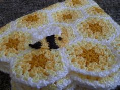 Buzzy Bee Applique/ FREE CROCHET pattern / this whole blanket, hat & applique is so darn cute - lucky baby who received this.