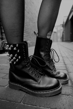 Doc Martens have been in style for almost 60 years, discover what made them so popular. We also discuss how to wear them in style! Grunge Goth, Estilo Grunge, Pastel Grunge, Punk Goth, Grunge Shoes, Grunge Style, Nu Goth Fashion, Dark Fashion, Grunge Fashion