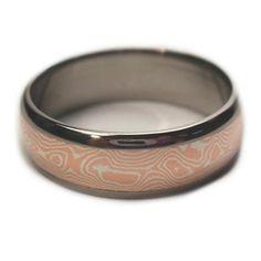 Este anillo de titanio es con incrustaciones de mokume gane. El mokume consiste en plata y cobre mezclados en un patrón aleatorio. Su y suyo