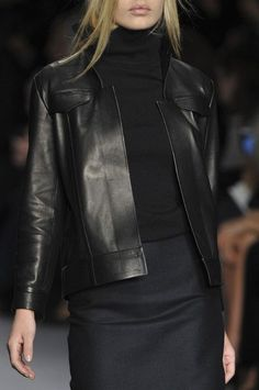 Tom Ford Fall 2014 London- veste cuir noir sur une robe