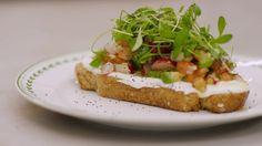 Dagelijkse kost - (bruine boterham met plattekaas) en salade van radijs, tomaat, sjalot, avocado, tuinkers