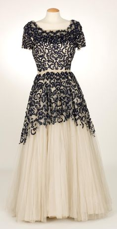 Evening Dress, Santa Eulalia: ca. Old Dresses, 1940s Dresses, Pretty Dresses, Flapper Dresses, Fashion Moda, 1940s Fashion, Vintage Fashion, Edwardian Fashion, Vintage Gowns