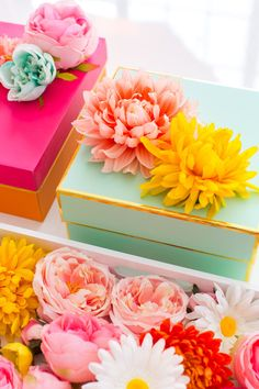 Mother's Day gift wrapping: DIY faux flower gift topper stickers by Sugar & Cloth Creative Gift Wrapping, Gift Wrapping Paper, Creative Gifts, Wrapping Ideas, Faux Flowers, Diy Flowers, Paper Flowers, Homemade Gifts, Diy Gifts