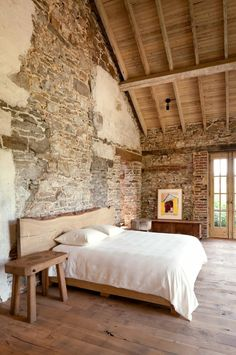 steinwand schlafzimmer wamdgestaltung rustikaler look stone wall bedroom design rustic look Farmhouse Master Bedroom, Master Bedroom Design, Rustic Bedroom Design, Master Bedrooms, Modern Interior, Home Interior Design, Stone Interior, Interior Colors, Interior Lighting