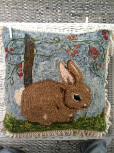 My first hooked project. A pillow hooked in size 3 and 4 Punch Needle Kits, Rug Hooking Designs, Rabbit Crafts, Latch Hook Rugs, Rug Inspiration, Hand Hooked Rugs, Braided Rugs, Penny Rugs, Embroidery Kits