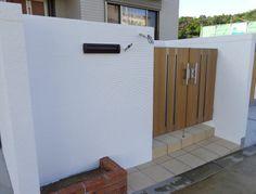 白い塗り壁の塀と、木目調の門扉が似合う♪