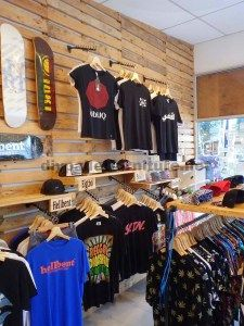 Here's another idea for merchandising in your summer camp store. Clothing Store Displays, Clothing Store Design, Retail Store Design, Retail Shop, Clothing Boutique Interior, Retail Concepts, Merchandising Displays, Shop Interiors, Shop Interior Design