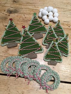 FREE Christmas garland tutorial by Kate Eastwood on the LoveCrochet blog, thanks so xox ☆ ★ https://www.pinterest.com/peacefuldoves/