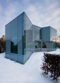H House features a modern glass facade designed by Wiel Arets Architects, situated in a leafy area of suburban Maastricht, The Netherlands. Architecture Résidentielle, Amazing Architecture, Contemporary Architecture, Installation Architecture, Contemporary Houses, Sustainable Architecture, Illinois, Photo D'architecture, Modern Glass House