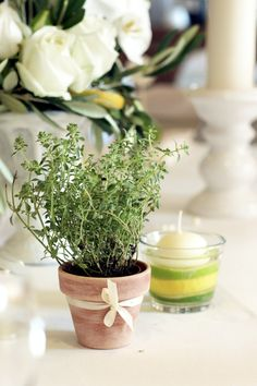 Aromatische Kräutertöpfe, Zitronen und Limetten versprühen einen aromatischen, mediterranen Duft - Hochzeitsdekoration von www.tischleinschmueckdich.de