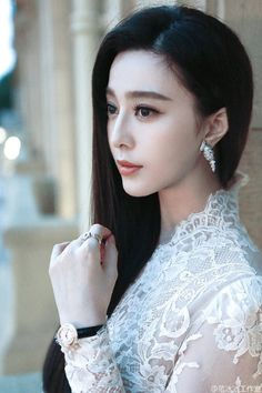Fan Bingbing Find a beautiful woman id rather find beauty within a woman, they're like a chocolate, you might not like the centres once you've bitten into them. My Beauty, Asian Beauty, My Fair Princess, Actress Fanning, Li Bingbing, Angelababy, Asian Hair, Foto Art, Chinese Actress