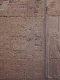 Además, dentro de la segunda sala de ofrendas en los relieves de la pared, se localiza un antiguo calendario Egipcio, el mejor conservado en todo el país. Hardwood Floors, Flooring, Texture, Crafts, Egyptian, Temple, Calendar, Wood Floor Tiles, Surface Finish
