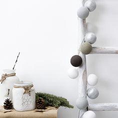 Guirnalda Revi   Revi es una guirnalda con 20 bolas, de colores blanco, gris, marrón y plata, en hilo de poliéster. Puedes colocarla en el salón, en el dormitorio o donde más te guste, su diseño escandinavo combinará a la perfección en cualquier estancia. #kenayhome #kenay #home #decoración #guirnalda #navidad #blanco #gris #perla #marrón #plata #luz #light #deco #interior #design #white #grey #silver #christmas #xmas #decoration #snow #snowflake #estilo #nórdico #style Snowman, Christmas Decorations, Ideas, Grey And White, Scandinavian Design, Christmas Tabletop, White Colors, Garlands, Snowmen