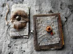 Zwei wortlos Bücher. Aber sie sind voller Geheimnisse. Das Hütchen--gehörte meiner Großmutter. Was die Träume von einer jungen Frau in den 1930er Jahren waren? Und die dünnen Broschüre durchstreichen Tage. Seltsame Eintagsfliegen. A symbol vielleicht? Sie gehören zusammen.