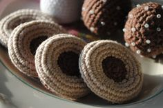 Crocheted cookies -pattern, in swedish Crochet Cake, Crochet Food, Knit Crochet, Free Crochet, Crochet Pattern, Crochet Classes, Cookie Tutorials, Cupcakes, Fiber Foods