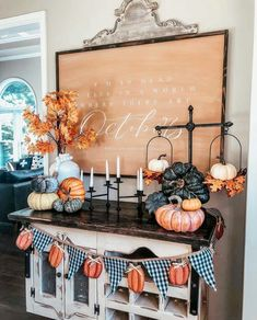 33 Fantastic Ideas To Cozy Your Home With Farmhouse Fall Decor Get some amazing ideas and inspiration for adding farmhouse fall decor into your home to help celebrate this joyous season. Diy Halloween, Halloween Home Decor, Fall Home Decor, Autumn Home, Halloween Decorations, Halloween Mantel, Country Fall Decor, Fall Entryway Decor, Fall Decor Signs