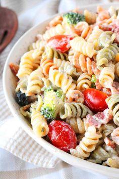 Ranch pasta salad features rotini pasta, crispy bacon, cheddar, broccoli an Ranch Potato Salad, Bacon Ranch Pasta Salad, Bacon Ranch Potatoes, Best Pasta Salad, Bacon Pasta, Creamy Pesto Pasta, Parmesan Pasta, Antipasto Pasta Salads, Pasta Salad