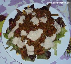 salade verte, maïs, haricots sauce tomate et sauce yaourt on the top
