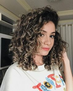To have beautiful curls in good shape, your hair must be well hydrated to keep all their punch. You want to know the implacable theorem and the secret of the gods: Naturally curly hair is necessarily very well hydrated. Colored Curly Hair, Curly Hair Cuts, Short Curly Hair, Curly Hair Styles, Highlights Curly Hair, Permed Hairstyles, Love Hair, Afro, Hair Color