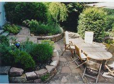gem-tlicher-sitzplatz-aus-verschiedenen-alten-betonplatten-gerahmt.jpg (500×368)