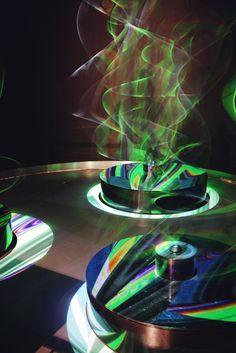 RZEŹBA ŚWIETLNA \ PAUL FRIEDLANDER (WIELKA BRYTANIA) Do stworzenia tej prostej w budowie rzeźby kinetycznej artystę zainspirowała teoria strun. / LIGHT STATUE - to create this simple sculpture made of mundane objects the artist was inspired by string theory.