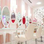 El salón de belleza Hello Kitty en Dubai está teniendo tanto éxito que pronto llegará a otros países. Está situado en la ciudad de Jumeirah e incluye servicios de manicura, pedicura, masaje de manos y pies, de estilismo y de maquillaje. Todos los productos son naturales y especialmente pensados para pieles sensibles.