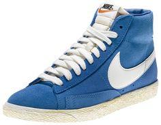 Sneakers di ispirazione basket, le Nike Blazer Mid Suede Vintage sono un classico Nike totalmente rinnovato in stile vintage! Tomaia in suede con logo in pelle su entrambi i lati. Lettering sul retro. Suola in gomma vulcanizzata.    Prezzo: 100.00€    SHOP ONLINE:    MAN http://www.athletesworld.it/nike-blazer-mid-suede-vintage-nike-8039314    WOMAN http://www.athletesworld.it/nike-blazer-mid-suede-vintage-nike-5039114