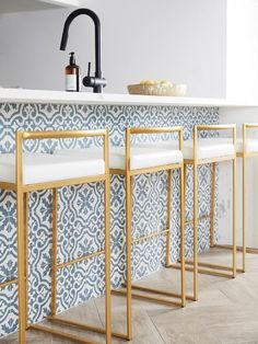 Islas de Cocina con Azulejos White Marble Kitchen, White Kitchen Island, Kitchen Island With Seating, Gold Kitchen, Island Blue, Gray Marble, White Kitchens, Dream Kitchens, Kitchen Islands