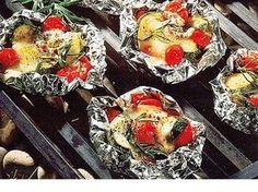 Es muss nicht immer Fleisch sein. Diese Gemüsepäckchen mit Mozzarella schmecken frisch vom Grill herrlich aromatisch.
