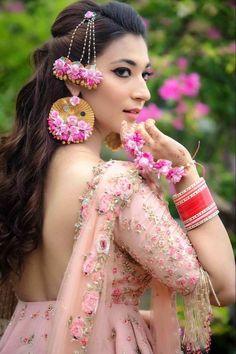 New Pakistani Bridal Makeup Pink Jewelry 47 Ideas Pakistani Bridal Makeup, Indian Bridal Sarees, Pakistani Wedding Outfits, Bridal Lehenga, Mehendi Outfits, Indian Outfits, Flower Jewellery For Mehndi, Indian Jewellery Design, Flower Jewelry