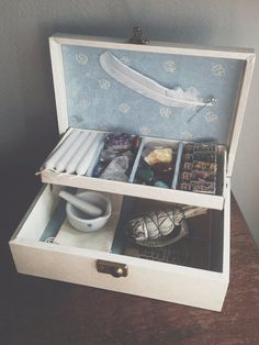 •§♥§• alter •§♥§• I like this idea of a magic toolbox - great to take out all magic tools, especially when heading outdoors.