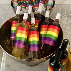 Zelfs de ambtswoning van de burgemeester schenkt Pride Wine, voor de ontvangst van LHBT-activisten Pride Fonds  ¡Danke schön!  Incluso el alcalde de Amsterdan hizo un pedido de orgulloWine para compartirlo con activistas LGTB, donando una parte a Amnistía Internacional   ¡Muchas gracias!