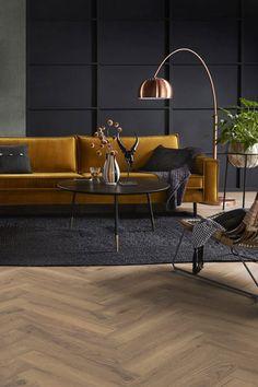 Visgraatvloer, visgraat houten vloer, visgraat patroon, visgraat woonkamer, vloer woonkamer, knusse woonkamer, gele bank, houten vloer, kopere lamp, woonkamer, kleine woonkamer, visgraat vloer, stoerwonen, binnenkijken, vloerkleed, karpet   LAMINAATENPARKET.NL Snug Room, Home Living Room, Decoration, Home Goods, New Homes, Flooring, Interior Design, Modern, House
