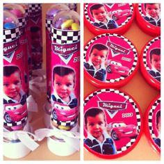 Tubets de confetes e latinhas de bala de goma...as lembrancinhas foram personalizadas no tema carros para o aniversario de 2 anos do Miguel.