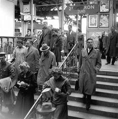 Centraal Station, vrijdagmiddag 16.35 uur 1957 | Hé, hé, eindelijk weekend. Nu hopen dat de bus niet te vol zit